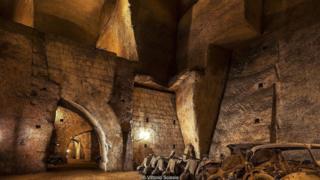 Không khí tùm đọng, ẩm ướt trong hệ thống đường hầm được chiếu sáng mờ ảo của Galleria Borbonica