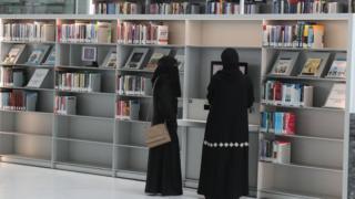 تواجه المرأة الخليجية بعض القيود التي تحد من حريتها