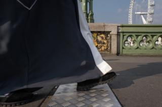 туфли на мосту