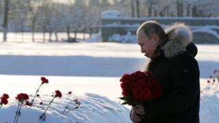 Russian President lays flowers at the Piskaryovskoye cemetery in St Petersburg. Photo: 27 January 2019