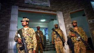 Six personnes dont deux médecins ont été arrêtées après une perquisition dans une maison de Lahore où se déroulaient des greffes sauvages.