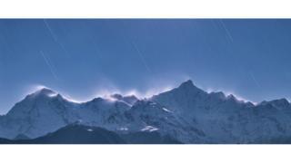 Звездопад падают в снежных горах Мейли