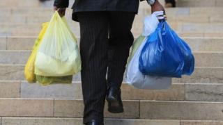 İngiltere'de platik alışveriş torbalarından 20 kuruşluk ücret alınıyor.