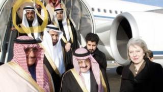 Saad al-Jabri (en un círculo) acompaña al Príncipe Mohammed bin Nayef (centro) durante una visita a Londres en 2015, con