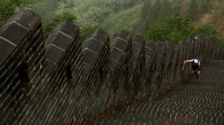 یک دونده شرکت کننده در مسابقه ماراتنی که بر روی دیوار چین برگزار شد