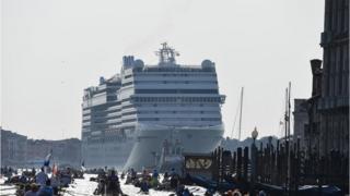 Cruise gemilerinin Venedik'e zarar verdiğini savunanlar, turizme kısıtlama getirilmesini talep ediyor