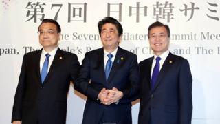 9일 일본 도쿄 영빈관에서 열린 한중일 정상회의에 참석한 리커창 중국 총리, 아베 신조 일본 총리, 문재인 대통령