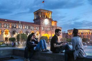 「天鵝絨革命」後,權力和平交接,亞美尼亞首都埃里溫的狀況有所變化。