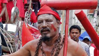 Radnik i aktivista nosi lanac na protestu na kome se zahteva povećanje minimalne plate i poboljšanje uslova rada u ovoj zemlji. Daka, Bangladeš, 1. maj 2018.