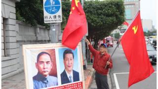 74岁的萧先生,每个月固定率队来台湾总统府前挥舞五星旗与中共党旗,并挂上孙文与习近平肖像。