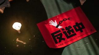 香港「六四」燭光悼念晚會上一面反對《逃犯條例》修訂草案之海報置於地上(4/6/2019)