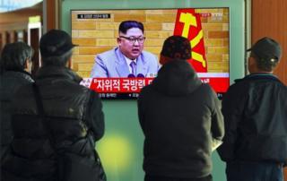 Un grupo de personas ve el mensaje de año nuevo de Kim Kong-un en una estación de trenes de Seúl.