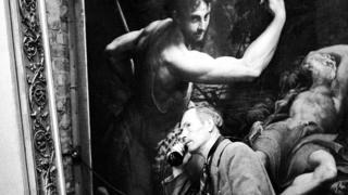 Служитель, обходящий подземные хранилища в Маноде