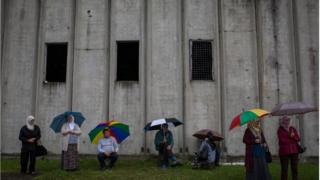 Grupa ljudi čeka dolazak tabuta