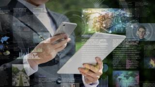 Homem segurando tablet e celular rodeado por notícias