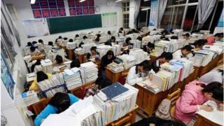 中国学生在学校里学习
