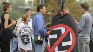 공연에 참석한 많은 사람들이 반 나치 간판을 들고 나왔으며 몇몇은 '나치는 가라'고 외쳤다