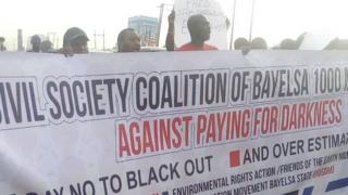 People wey dey do protest waka for light palava for Yenagoa, Bayelsa State