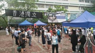 """香港中文大学文化广场上挂着写有""""香港独立""""字句的横幅"""