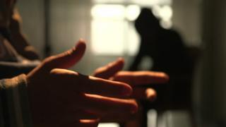 Mão e silhueta dos dois meninos que fugiram do EI, durante entrevista à BBC