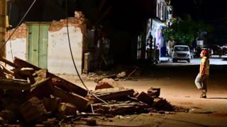 Un hombre mira una vivienda destruida