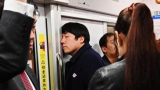 يابانيون في وسيلة مواصلات عامة