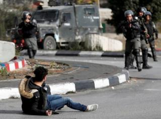 رام الله در کرانه غربی؛ پلیس اسرائیل به این فلسطینی که چاقو به دست دارد شلیک کرد و او ساعاتی بعد در بیمارستان درگذشت