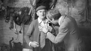 """Доктор Річард Весткотт """"слухає"""" одного зі своїх пацієнтів - Білла Бауна"""