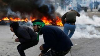 ヨルダン川西岸ラマラ近郊で抗議するパレスチナ人(7日)