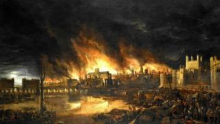 """شَهِدَ """"حجر لندن"""" على بعض من أبرز اللحظات الدراماتيكية في تاريخ العاصمة البريطانية بما في ذلك الحريق الكبير الذي التهم جانبا لا يستهان به منها، وغارات الطائرات النازية عليها خلال الحرب العالمية الثانية"""