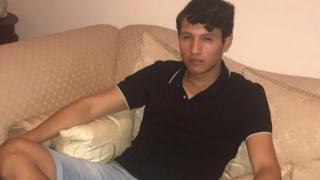 Francisco Erwin Galicia sentado em um sofá