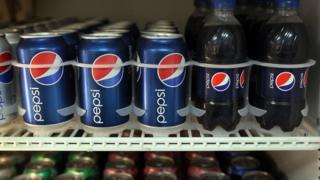 Пепси-кола на полках в супермаркете
