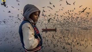 """Атайын сыйлык """"Маанай"""" атылышындагы фотосүрөткөн берилди. Автору Навин Ватса"""