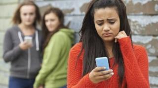 Akıllı telefon başında gençler