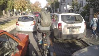 Biciklista izmedju automobila u Beogradu