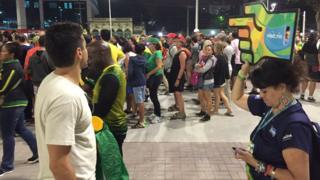 Pessoas enfrentam filas do lado de fora do Engenhão