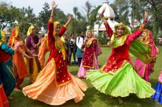 Hindistan'ın Amritsar kentinde kadınlar geleneksel kıyafetleriyle bir gösteri düzenledi.