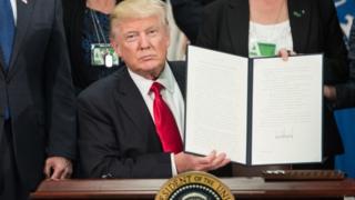 El presidente Donald Trump firma una orden ejecutiva para construir el muro fronterizo, el 25 de enero de 2017