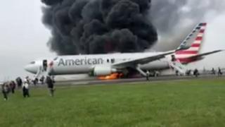 Asap hitam membumbung dari pesawat yang terbakar, seperti terlihat dalam gambar yang diambil dari video karya seorang penumpang.