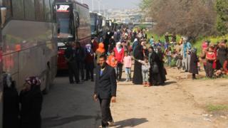 Автобусы с беженцами в районе Рашидин в Алеппо