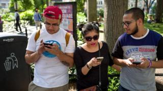Молоді люди зі смартфонами