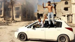 Combatientes leales con el gobierno basado en Tobruk celebran la toma del centro de Benghazi en febrero de 2016
