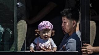 (캡션) 평양 버스 안에 탄 아빠가 아기를 안고 있다