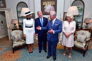 在前往白金汉宫出席国宴之前,特朗普总统夫妇在克拉伦斯宫与查尔斯王子夫妇茶叙。