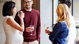 إمرأة حامل تتناول كأسا من الكحوليات