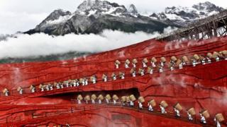 چینی پہاڑ پر ایک ڈرامے کا منظر