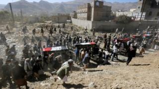 يمنيون يشيعون الثلاثاء جثامين عشرات الأشخاص قتلوا فيما يقال إنها غارات للتحالف بقيادة السعودية في أنحاء اليمن.