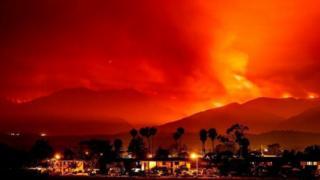 Incendio forestal detrás de casas