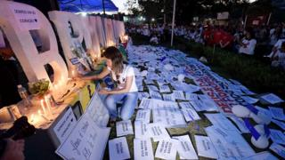 Moradores de Brumadinho acendem velas em letreiro da cidade