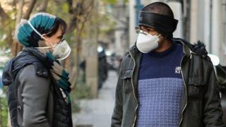 دو نفر با ماسک مقابله با آلودگی هوا